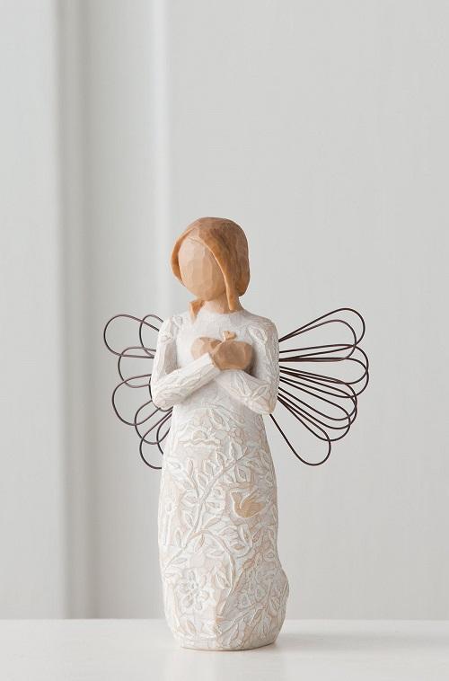 Ängel från Willow Tree som är mönstad i kroppen och vingar av fin ståltråd. Står med armarna i kors över sitt hjärta..