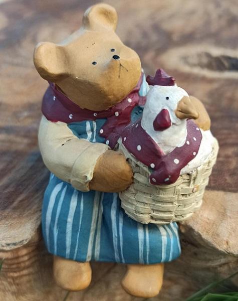 Mamma björn med kompisen hönan i korgen. Handmålad figur från Gnomy Diariés by Annekabouke.