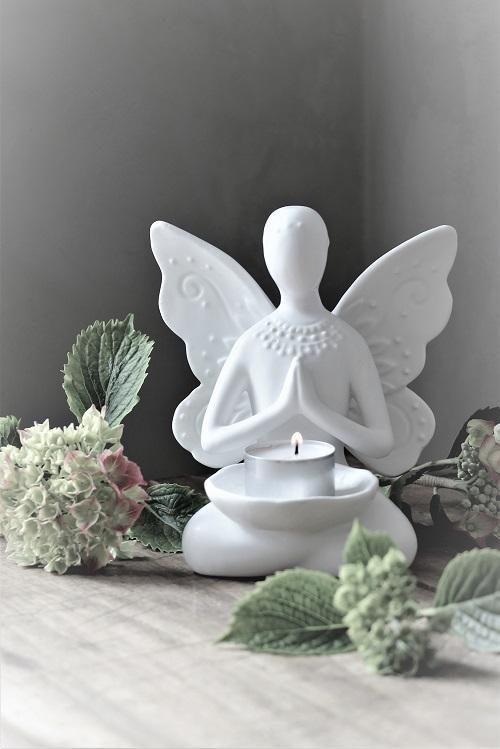 Ny Yoga dam med vingar, lik en fjäril. Fjäril är även en symbol som står för glädje och lycka, själen och livet.  Säljs med 10% förmån till barncancerfonden. Vackra att dekorera med skyddsänglarna med värmeljus eller en yoga dam från Majas Lyktor.