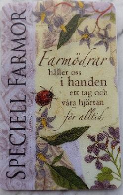 En minificklampa med härlig text till farmor. Farmödrar håller oss i handen ett tag och våra hjärtan för alltid.