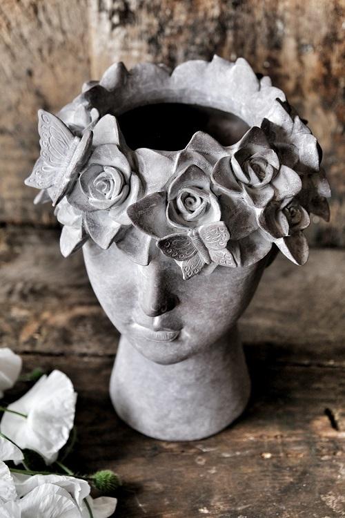 Vacker handgjord kruka från Majas Cottage som säljs med 10% förmån till barncancerfonden. Finns i två olika varianter, vackra att kombinera tillsammans med. Denna är detalj full med blommor och fjärilar.