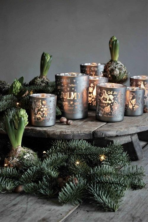 Julen är här och så är även julens nyheter från Majas Lyktor! Lyktan Nötknäpparen säljs med 10% förmån till barncancerfonden och finns i 2 olika färger, röd och grå. På lyktan finner man God Jul på flera olika språk tillsammans med jul