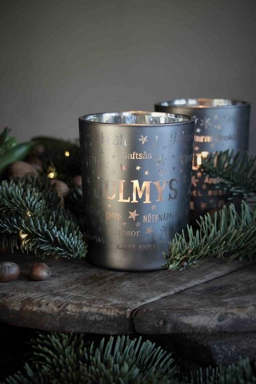 Julen är här och så är även julens nyheter från Majas Lyktor! Lyktan Julmys säljs med 10% förmån till barncancerfonden och finns i 2 olika färger, röd och grå. På lyktan finner man ord relaterade till julen, så som julgran, lussekatt med mera.