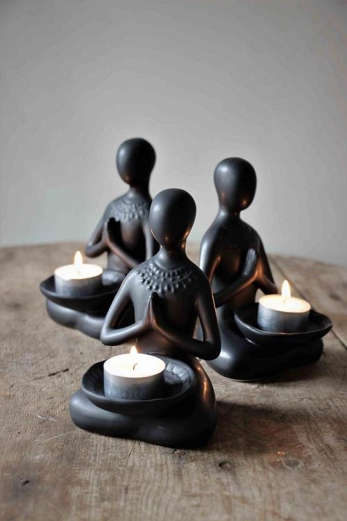 Yoga dam med mandalatecken på ryggen med plats för värmeljus från Majas Lyktor. Säljs med 10% i förmån till barncancerfonden.