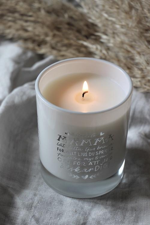 Neutralt ljus med fint budskap till våra mammor.  Presenttips till morsdag. Efter att ljuset har brunnit ut så kan du använda hållaren som lykta. Finaste Mamma, låt detta ljus brinna för allt ljus du sprider. Säljs med 10% förmån till barncancerfonden.