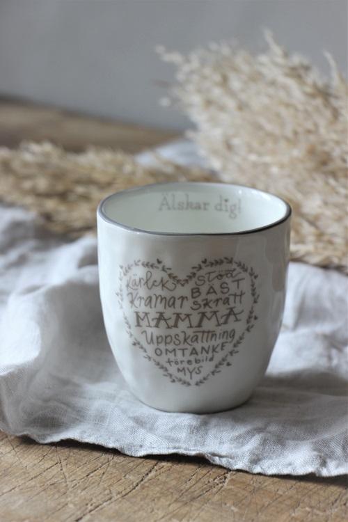 Visa uppskattningen till våra mammor på morsdag.  Med denna fina mugg kan de dricka sitt goa morgon kaffe eller te.  Säljs med 10% förmån till barncancerfonden.