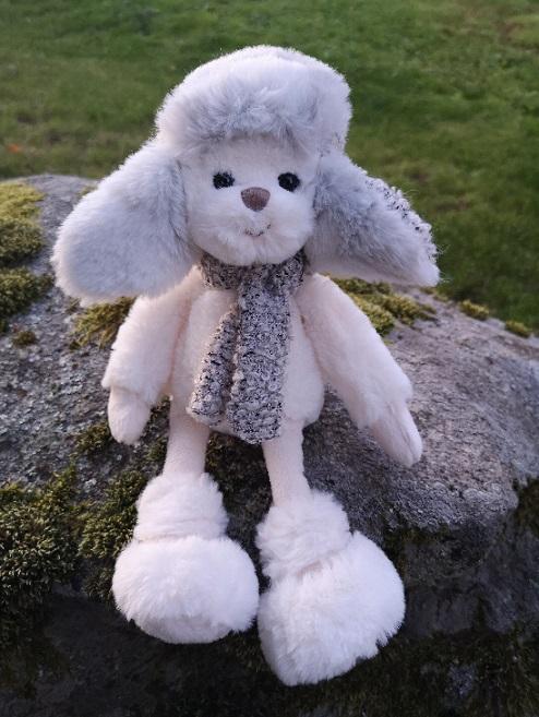 Maty nalle i härlig gråblå färg och mössa med stora öronlappar och halsduk från Bukowski Design