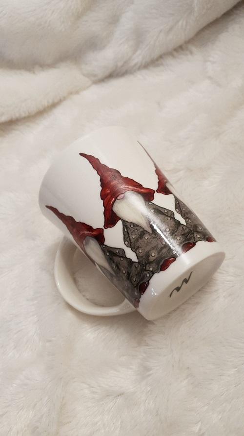 Härlig kaffemugg med motiv tomtar som hämtar gran från Camilla Ståhl.