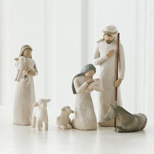 Josef, Maria och jesusbarnet tillsammans med en herdinna och tre får från Willow Tree