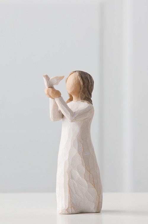 liten flicka som håller i en duva som är på väg att flyga från willow tree