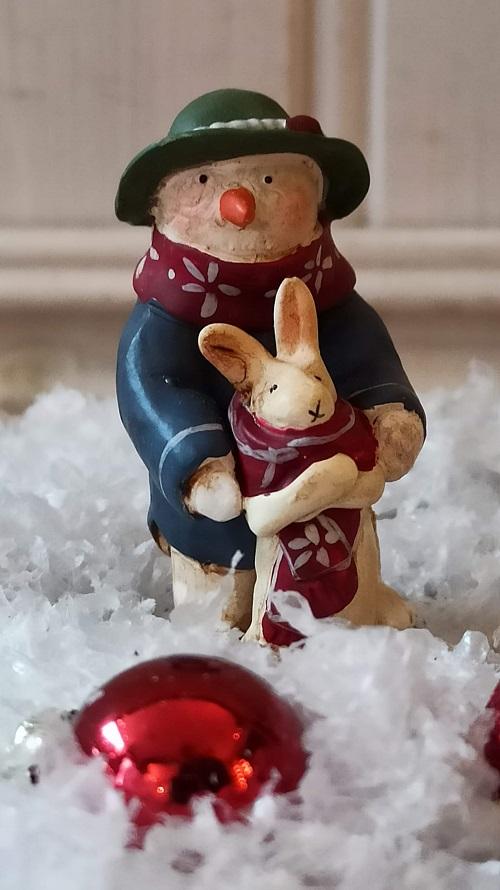 Vänner som hjälper varandra, denna söta lilla snögubbe tillsammans med sin vän kaninen. Dekorera hemmet med denna figur eller varför inte tävla om den i julklappspelet?