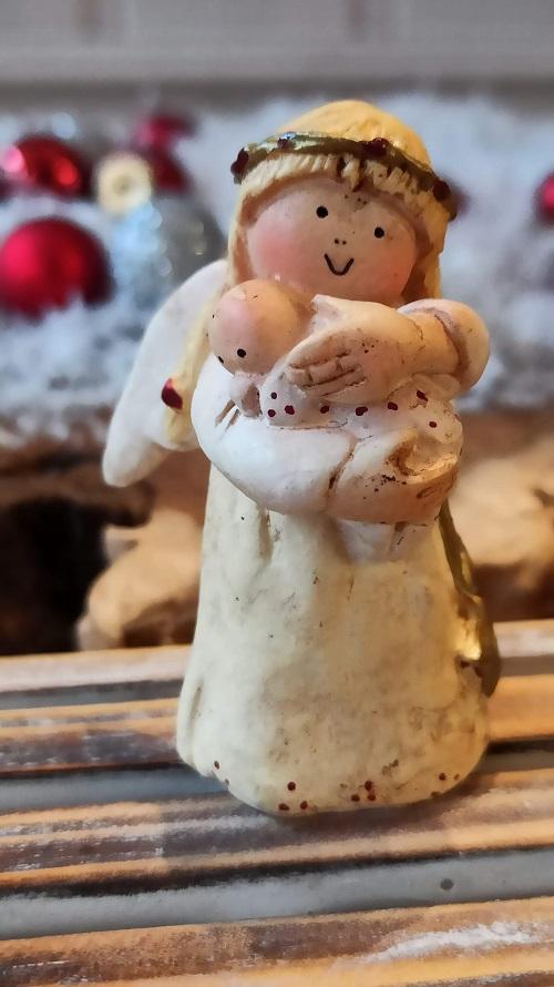 En vacker ängel med fint budskap, låt ditt ljus skina. Ängeln håller i ett änglabarn i famnen. Dekorera hemmet med denna vackra ängel eller varför inte tävla om den i julklappspelet?