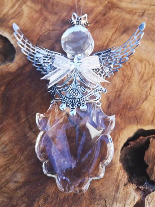 En riktigt söt liten glasängel med en spetsig kjol och vingar i metall från Trademan.