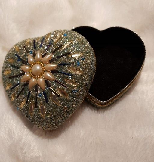 förvaringsask i guld för smycke, pengar, medicin eller hörapparat.