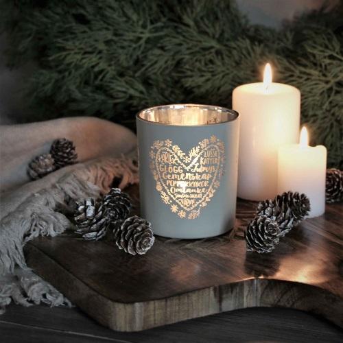 Grå jullykta med text kärlek, lussekatter, glögg, gemenskap, pepparkakor,omtanke, skratt och värme från Majas Lyktor