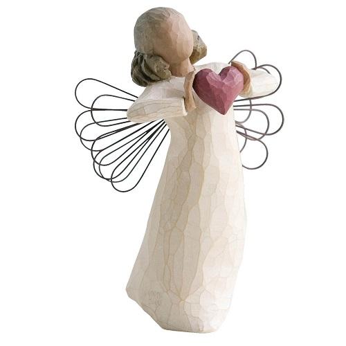 With love från Willow Tree. En vacker ängel håller ett rött hjärta mellan sina händer.
