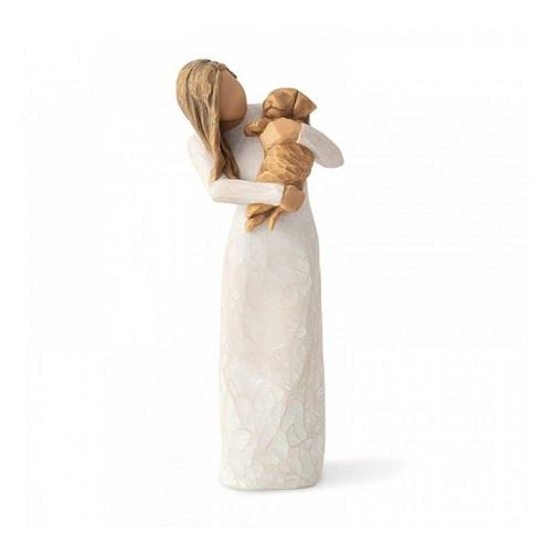 En flicka som håller hårt om sin hund i en vacker pose. Figur från Willow Tree