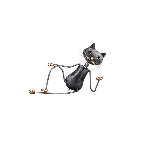 katt i hamrad plåt som halvligger ner och ser cool ut. Detaljer i klor,morrhår och ögon i guld från Different Design