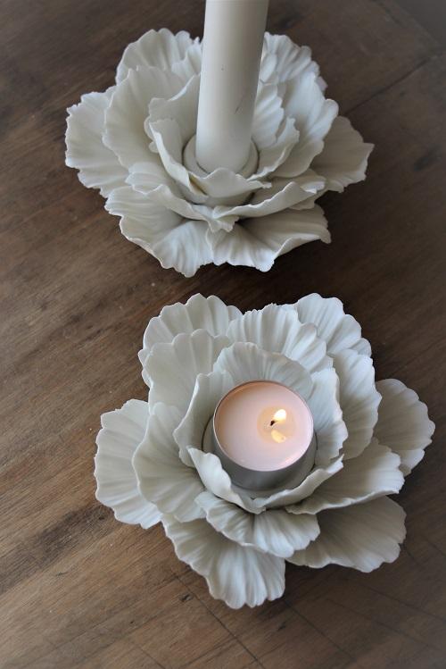 Vackra pioner... Omringa värmeljuset med blad formade efter en pion och låt det lysa upp ditt hem. Handgjord ljushållare i matt keramik.