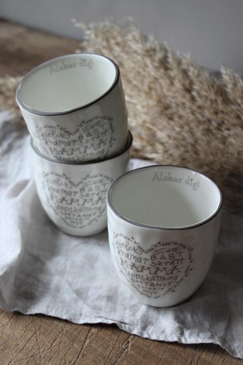 Visa uppskattningen till våra fröknar som lär ut våra små.  Med denna fina mugg kan de dricka sitt goa morgon kaffe eller tee.  Säljs med 10% förmån till barncancerfonden.