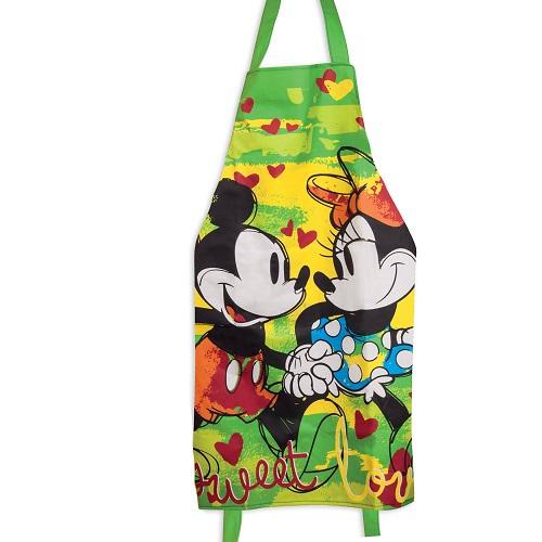 Varför inte laga mat eller baka bröd i detta vackra förkläde från Disney med motiv av Musse och Mimmi som går hand i hand. All mat är bakad av kärlek eller vad säger man?