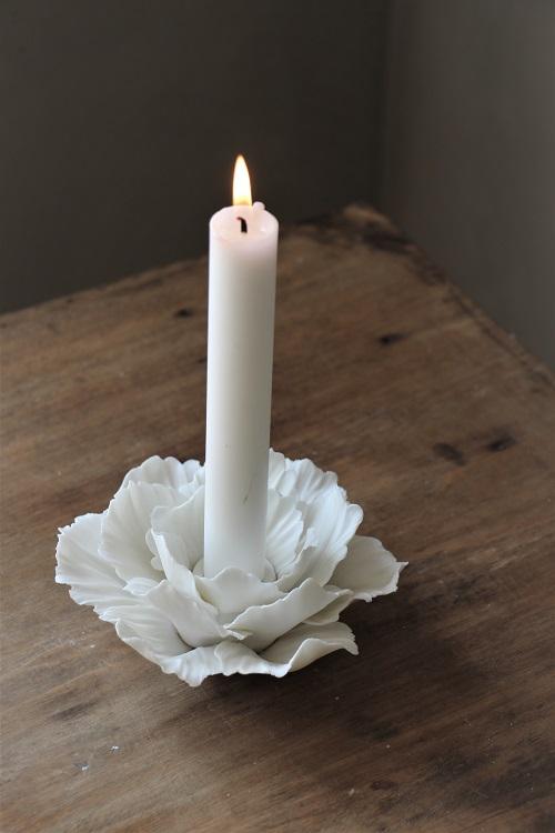 Vackra pioner... Omringa stearinljuset med blad formade efter en pion och låt det lysa upp ditt hem. Handgjord ljushållare i matt keramik.