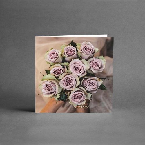 Härlig rosbukett i rosa och grönt som gratulationskort från card store