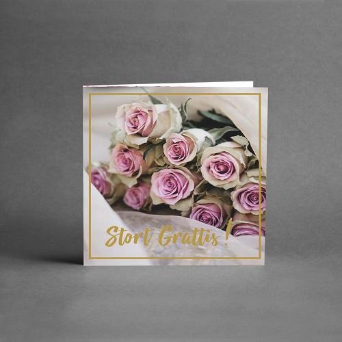 Gratulationskort från card store med rosor i knopp i stor bukett i ljusrosa färger