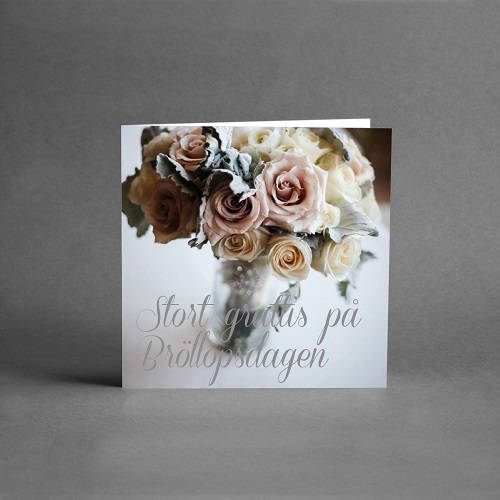 En bukett med rosor i chabby chick med text stort grattis på bröllopsdagen från card store