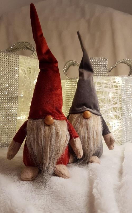 Tomten Lurre med härlig skägg och är ca:  cm. Tomten Lurre är vacker att dekorera hemmet och utöka julkänslan. Tomten Lurre passar även in att ha framme hela året runt med sitt härliga skägg och färg. Vill du få skägget lite yvigt så bara blås lite på de