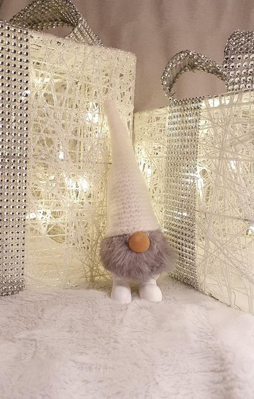 Tomten Gumse med härlig skägg och är ca:  cm. Tomten Gumse är vacker att dekorera hemmet och utöka julkänslan. Tomten Gumse passar även in att ha framme hela året runt med sitt härliga skägg och färg. Vill du få skägget lite yvigt så bara blås lite på de