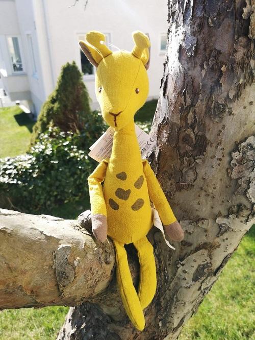 Giraffen April i gult naturligt linnétyg från Bukowski Design