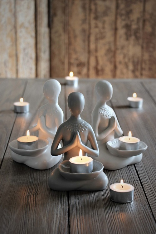 Underbar yogadam med mandaltecken på ryggen och plats för värmeljus i famnen från Majas Lyktor